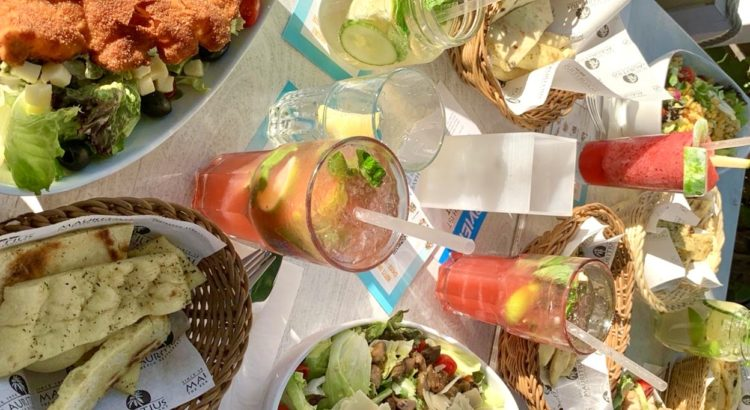 Tisch mit Essen und Cocktails im Maurituis