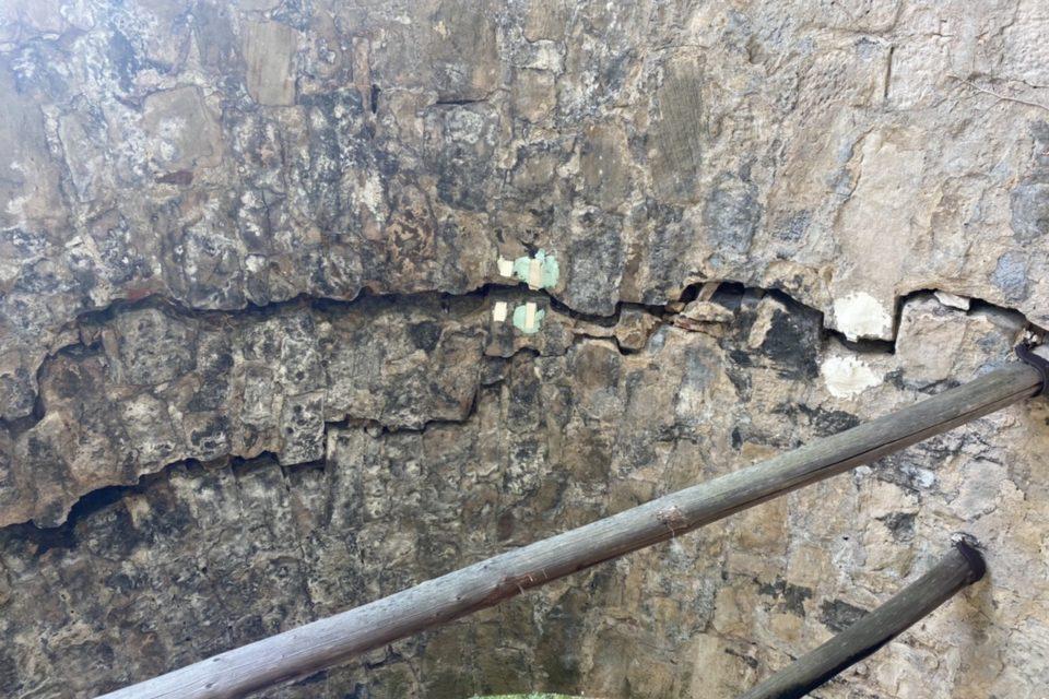Risse in der Konstruktion der Brücke