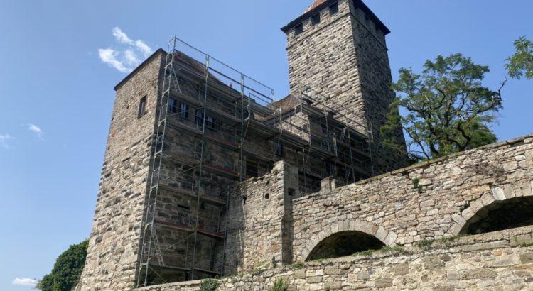 Blick vom Biergarten auf die Burg