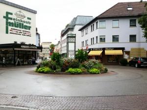 """Kreisverkehr in Heilbronn mit dem Feinkostladen """"Müller"""" im Hintergrund"""