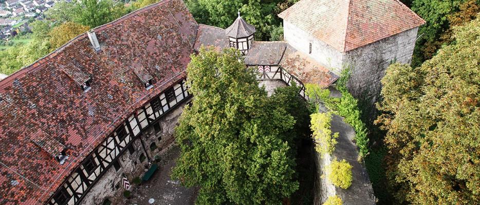 Aussicht vom Turm der Burg in ihren Hof