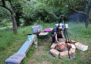 Gemütliches Lagerfeuer mit Essen vom Grill